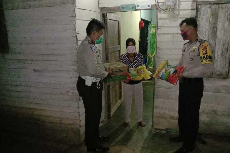 Polsek Tandun menyerahkan bantuan sembako kepada Richa Marya Simatupang (31), IRT yang curi tandan buah sawit milik PTPN V Sei Rokan karena butuh uang beli beras di Desa Tandun Barat, Kecamatan Tandun, Kabupaten Rohul, Riau, Selasa (2/6/2020) malam.