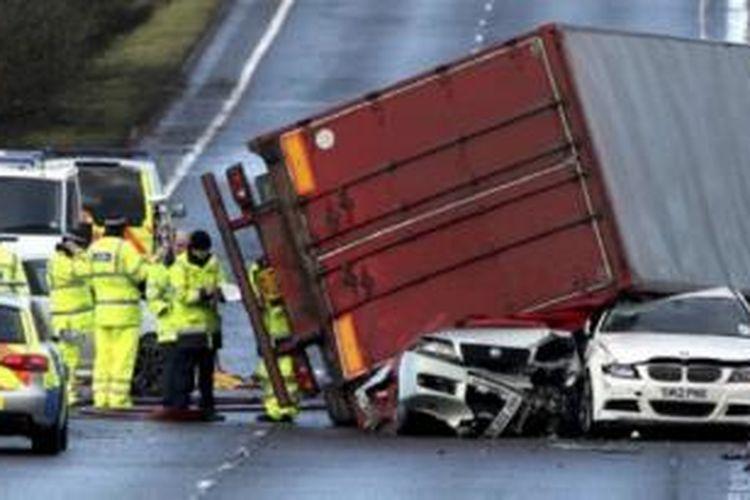 Badai membalikan truk di Skotlandia.