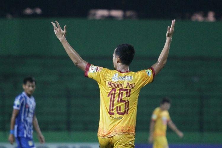 Gelandang Sriwijaya FC, Maldini Pali, merayakan golnya seusai membobol gawang Persiba Balikpapan di Stadion Gajayana, Malang, Selasa (9/5/2017).