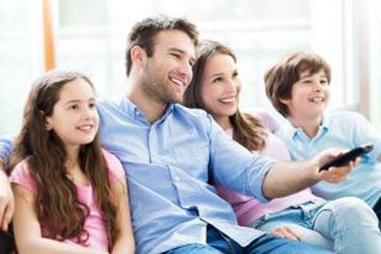 Selama bertahun-tahun kotak televisi menjadi penghubung atas kebahagiaan keluarga.