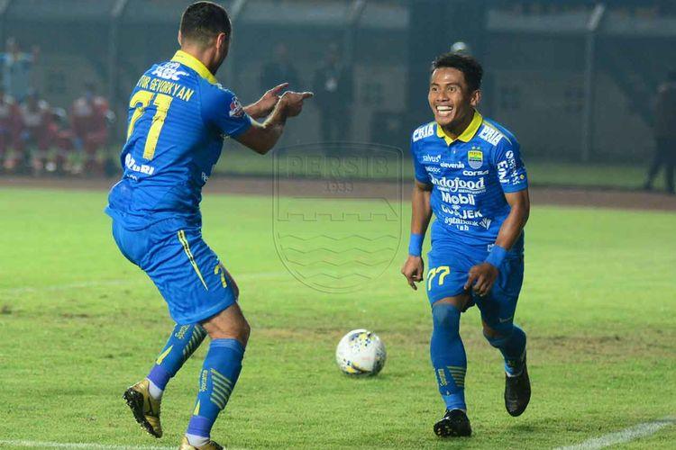 Pemain Persib Bandung, Ghozali Siregar dan Artur Gevorkyan merayakan gol ke gawang Persipura Jayapura dalam pertandingan yang berlangsung di Stadion Si Jalak Harupat, Kabupaten Bandung, Sabtu (18/5/2019). Persib salah satu klub sepak bola yang berminat untuk menjadi perusahaan publik di BEI.