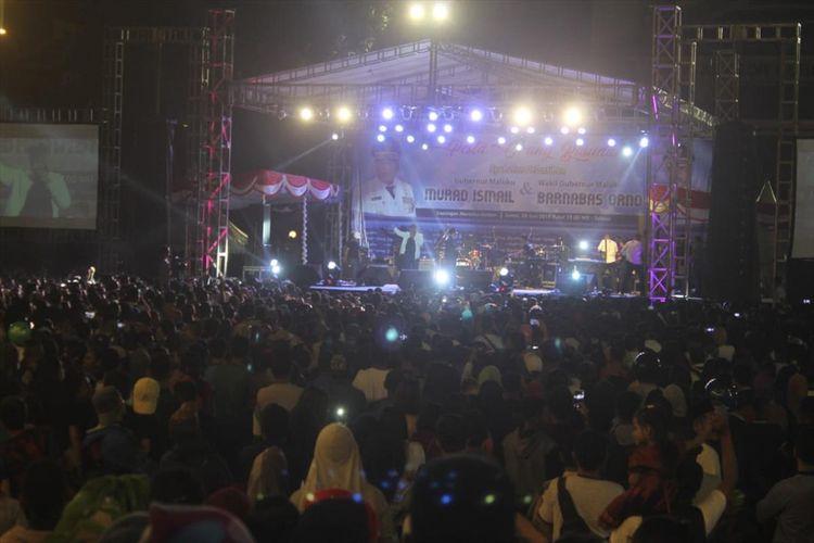Ribuan warga Kota Ambon memadati Lapangan Merdeka Ambon untuk merayakan pesta orang basudara, Jumat malam (28/6/2019)
