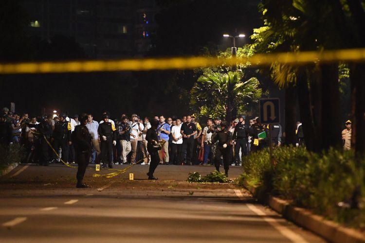Petugas kepolisian melakukan penyisiran di lokasi ledakan yang terjadi di Parkir Timur Senayan, Jakarta, Minggu (17/2/2019).