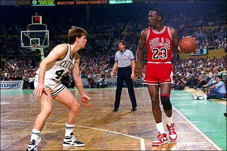 Michael Jordan dengan sepatunya pada `awal karir di NBA