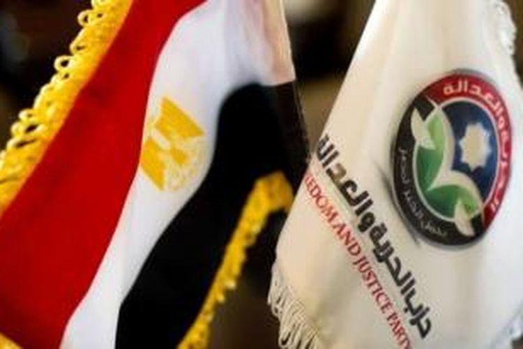 Bendera Partai Kebebasan dan Keadilan bersanding dengan bendera nasional Mesir di markas besar partai itu di Kairo. Pemerintah Mesir menutup markas besar partai yang adalah sayap politik Ikhwanul Muslimin ini.