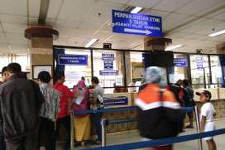 Loket perpanjangan STNK di Samsat Jakarta Timur. Sabtu (30/4/2016)