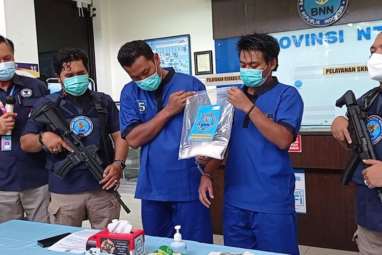 BNNP NTB mengamankan MAZ warga Medan dan RFA warga Mataram usai transaksi sabu di salah satu pusat perbelanjaan di Mataram.