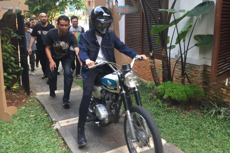 Iqbaal Dhiafakhri Ramadhan diperkenalkan sebagai pemeran Dilan dalam film berjudul Dilan kantor Falcon Pictures, Duren Tiga, Jakarta Selatan, Senin (17/7/2017). Film Dilan merupakan adaptasi dari novel terlaris yang berjudul sama karya penulis Pidi Baiq pada 1990.