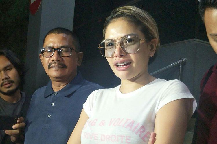 Pembawa Nikita Mirzani usai melaporkan anak angkat advokat Elza Syarief, Poppy Kelly di Polda Metro Jaya, Jakarta Selatan, Sabtu (31/8/2019).