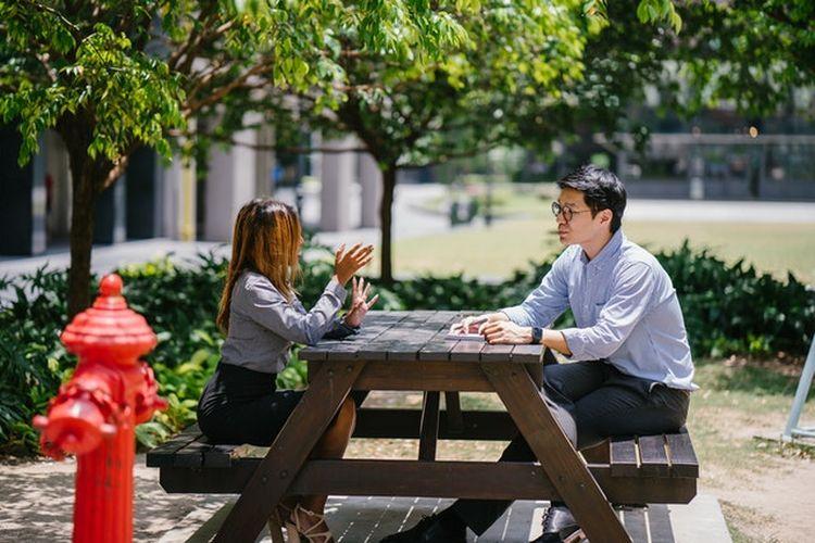 Mengobrol dengan rekan kerja adalah hal yang baik untuk membangun relasi. Namun ada sejumlah kalimat yang sebaiknya tak dikatakan kepada kolega.
