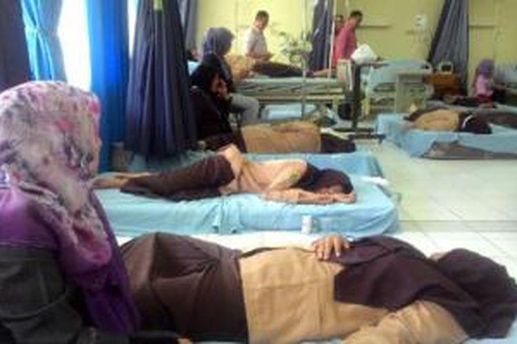 Sejumlah siswa SMA Modal Bangsa Lhokseumawe dirawat di Rumah Sakit PT Arun akibat keracunan.