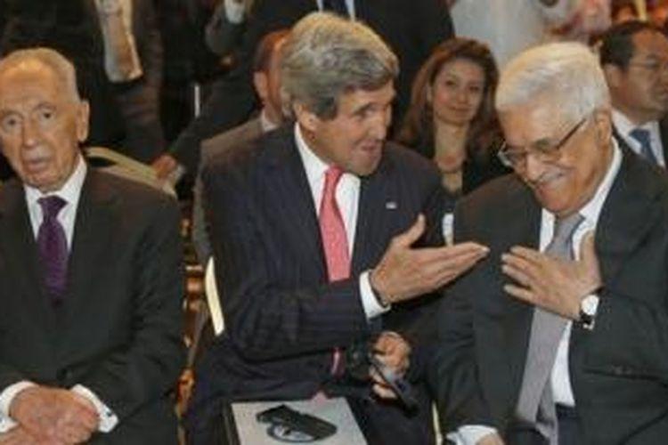 Menlu AS John Kerry bertemu dengan Presiden Palestina Mahmoud Abbas dan Presiden Israel Shimon Peres di Amman, Jordania pada Mei lalu. Para pemimpin Israel dan Palestina setuju untuk kembali menggelar perundingan damai yang terhenti sejak 2010.