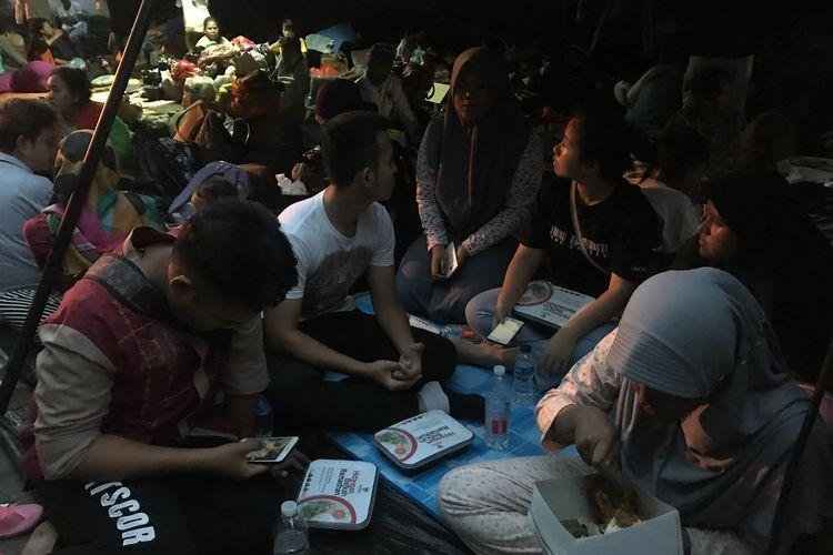 Warga korban kebakaran di Kampung Bandan, Ancol, Pademangan, Jakarta Utara, Senin (13/5/2019), buka puasa di posko pengungsian mereka yang terletak di kawasan Grand Boutique, Jakarta Utara.