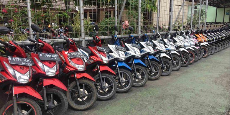 Satpam SMAN 4 Tangerang Selatan, Slamet Gunaedi  (47), mendadak menjadi perbincangan masyarakat. Hal itu disebabkan videonya yang tersebar di media sosial memperlihatkan Slamet  merapikan puluhan sepeda motor yang parkir di parkiran sekolah dengan mengelompokan sesuai merek, dan warna motor. Slamet telah 19 tahun melakukan hal itu, Kamis (31/1/2019)