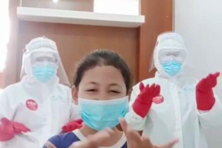 Video seorang bocah perempuan positif corona di Kota Baubau, Sulawesi Tenggara, bermain tiktok bersama dua orang  tenaga medis viral di media sosial,