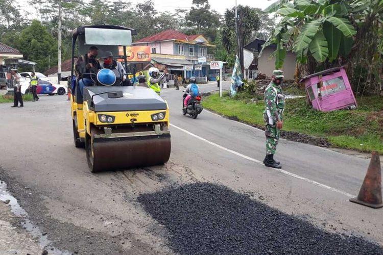 Perbaikan jalan provinsi ruas jalan Banjarmangu-Banjarnegara, Jawa Tengah, dengan anggaran pribadi Bupati Budhi Sarwono, Minggu (6/12/2020).