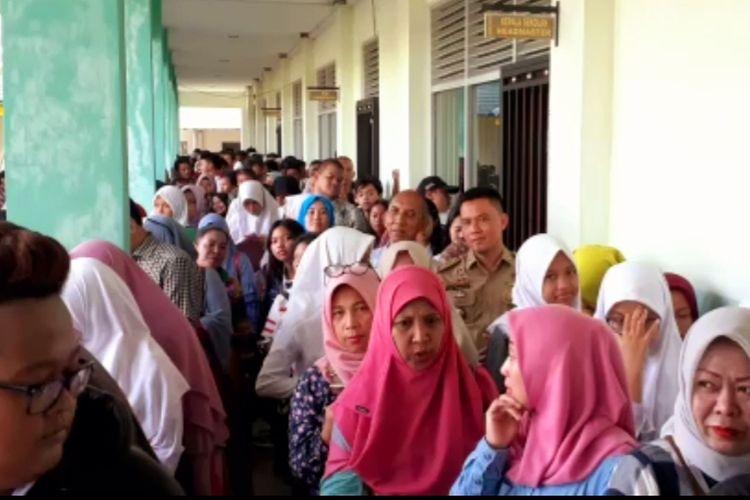 Ratusan orangtua siswa rela antre demi mendaftar di SMA Negeri 3 Pontianak, Kalimantan Barat, Senin (24/6/2019).