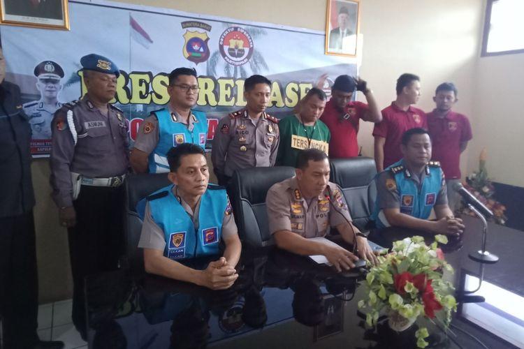Kapolresta Padang Kombes Pol Yulmar Try Himawan (tengah) memberikan keterangan pers terkait penangkapan jenderal polisi gadungan di Padang, Kamis (23/1/2020)