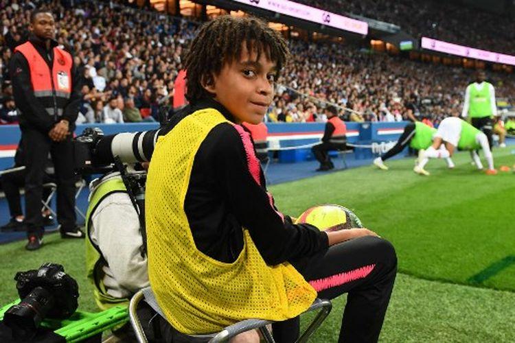 Adik Kylian Mbappe, Ethan Mbappe, ketika menjadi ballboy PSG pada laga melawan AS Moncao, 21 April 2019.