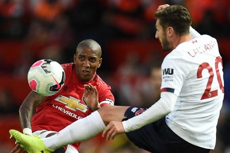 Ashley Young dan Adam Lallana berebutan bola pada pertandingan Manchester United vs Liverpool dalam lanjutan Liga Inggris di Stadion Old Trafford, 20 Agustus 2019.