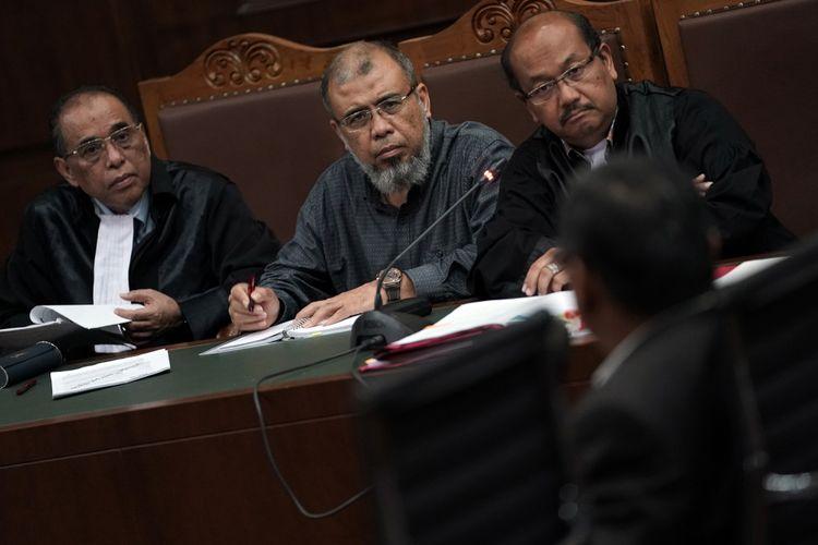 Terdakwa kasus dugaan suap judicial review di Mahkamah Konstitutsi (MK) Patrialis Akbar (kedua kiri) mendengarkan keterangan saksi dalam sidang lanjutan di Pengadilan Tipikor, Jakarta Pusat, Senin (7/8/2017). Sidang tersebut beragendakan mendengarkan keterangan saksi ahli yaitu ahli hukum pidana dari Universitas Muhammadiyah Jakarta (UMJ) Chairul Huda. ANTARA FOTO/Sigid Kurniawan/aww/17.