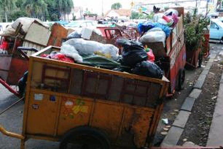 Tempat kumpul gerobak sampah di tempat pembuangan sampah sementara di Jalan Matraman, Jakarta Timur. Rabu (30/12/2015)