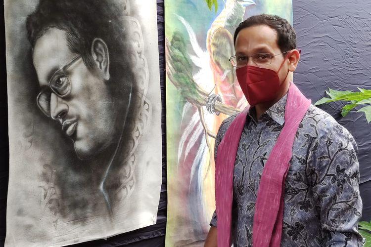 Mendikbud Nadiem foto diantara lukisan wajahnya