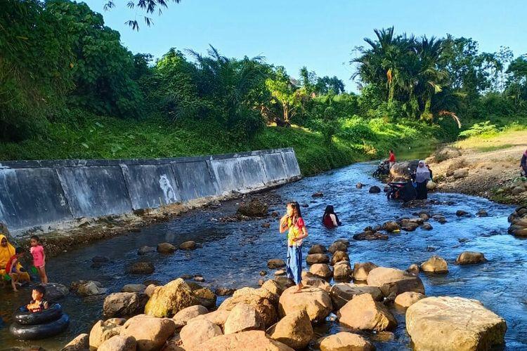 Pengunjung mandi di obyek wisata Sungai Saweuk, Kecamatan Kuta Makmur, Kabupaten Aceh Utara