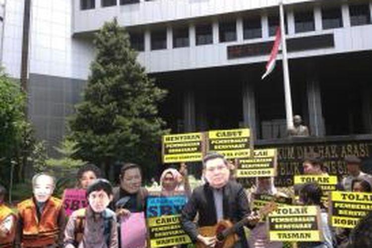 Indonesia Corruption Watch (iCW) bersama Koalisi Masyarakat Antikorupsi menggelar teatrikal untuk memprotes pembebasan bersyarat terhadap beberapa terpidana korupsi, di depan Kantor Kementerian Hukum dan Hak Asasi Manusia, di jalan HR. Rasuna Said Kav 6-7 Kuningan, Jakarta Selatan, Senin (22/9/2014).