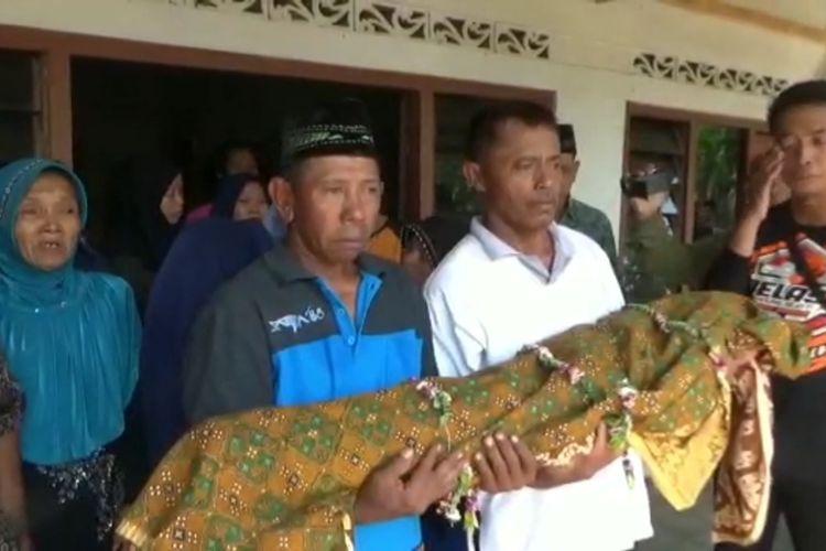 Kelurga korban mengangkat jenazah Muhammad Noval Muhtarom, balita dari Desa Nglambangan, Kecamatan Wungu dilaporkan tewas dengan kondisi sekujur tubuh melepuh setelah berobat di salah satu klinik tak jauh dari rumahnya.