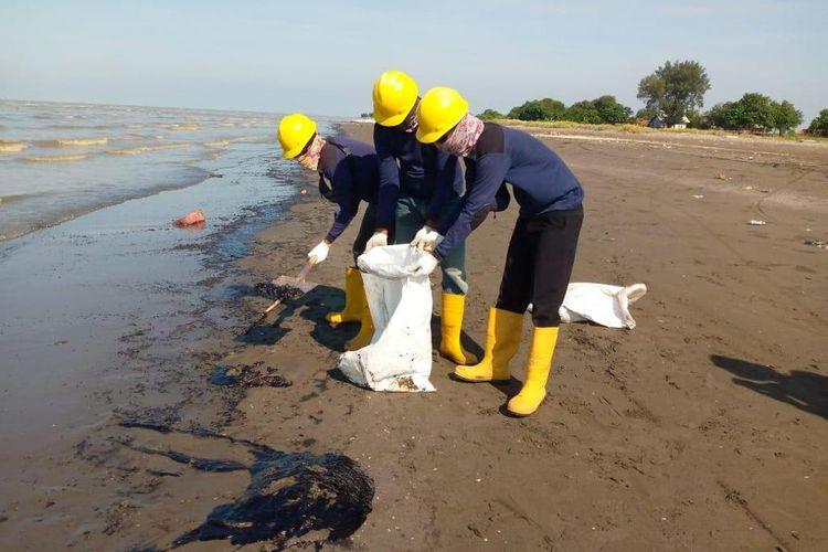 Pantai di sekitar perairan Karawang, Jawa Barat, kotor berhari-hari akibat bocornya pipa Pertamina yang membuat minyak tumpah ke laut.