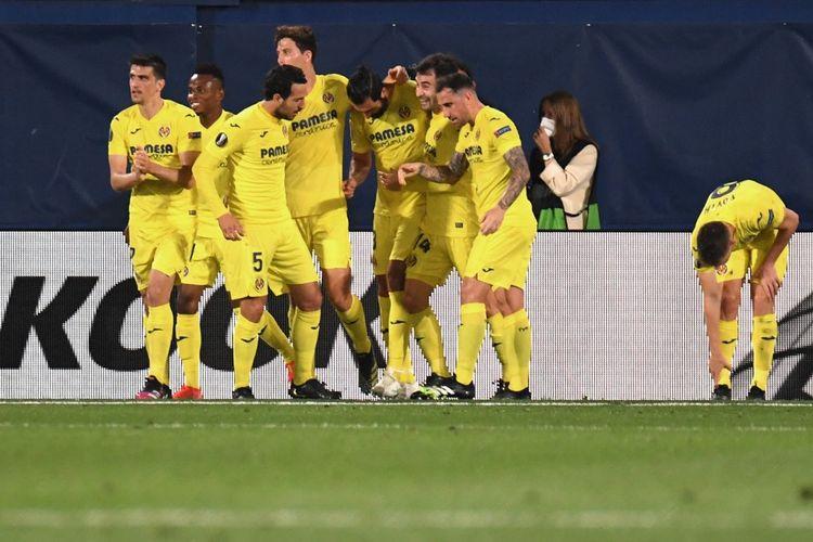 Bek Villarreal, Raul Albiol, melakukan selebrasi bersama rekan setimnya usai menjebol gawang Arsenal dalam laga leg pertama Liga Europa 2020-2021 di Estadio de la Ceramica, 29 April 2021.