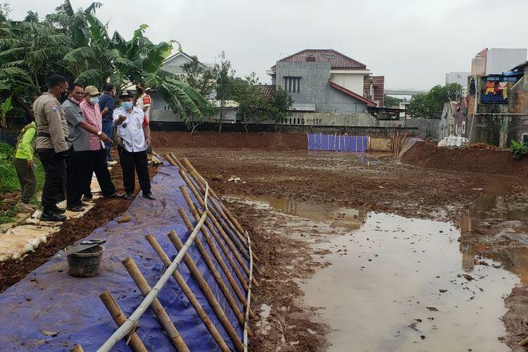 Waduk di Kelurahan Ceger, Kecamatan Cipayung, Jakarta Timur, dibangun tanpa bantuan alat berat.