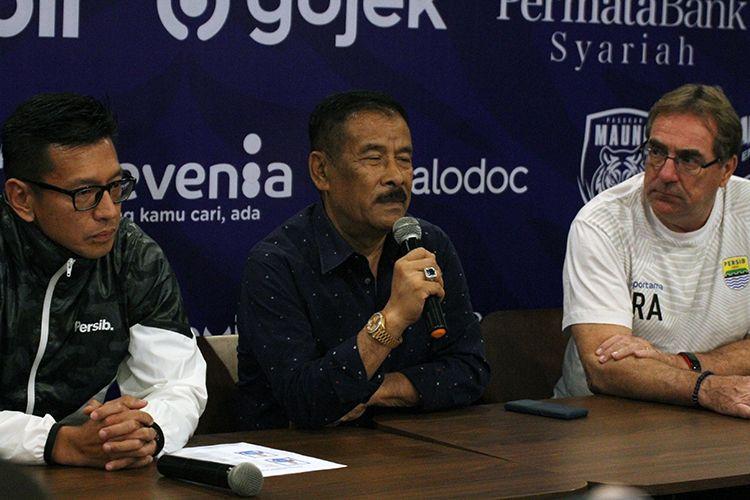 Manajer Persib Bandung, Umuh Muchtar (tengah), dalam konferensi pers pengenalan tiga pemain asing baru Persib, beberapa waktu lalu.