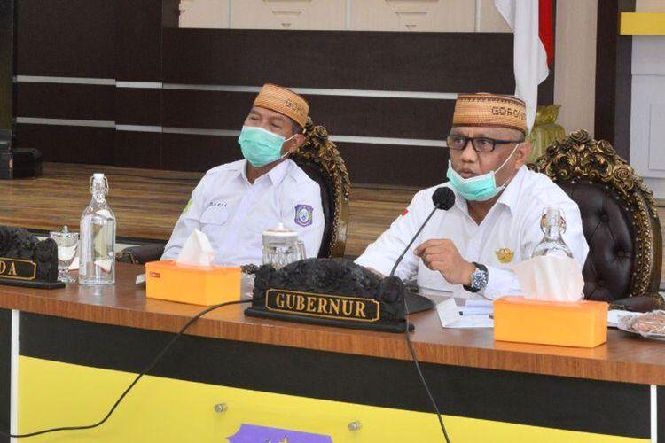 Gubernur Gorontalo Rusli Habibie saat melakukan konferensi video bersama KPK dan seluruh gubernur se-Indonesia