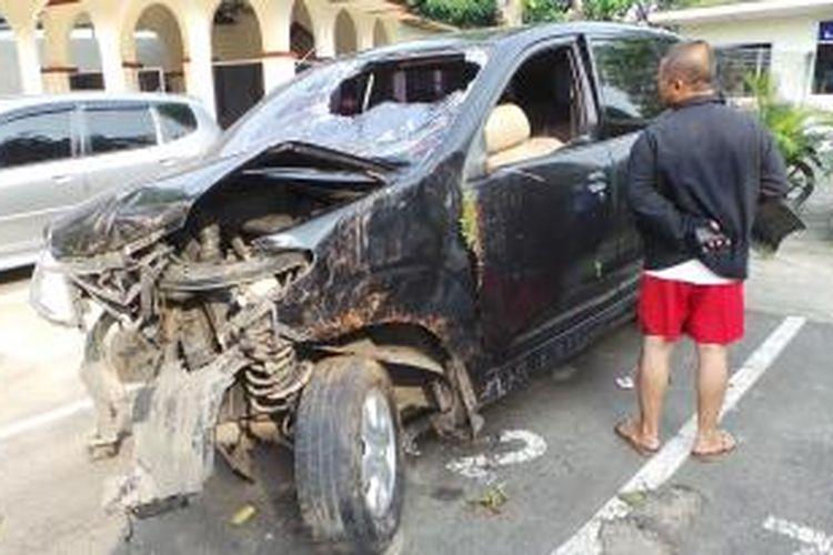 Mobil Toyota Avanza yang digunakan Tim Buser untuk mengejar pelaku penembakan telah dibawa ke Polsek Pondok Aren, Tangerang Selatan, Banten, Sabtu (18/8/2013).