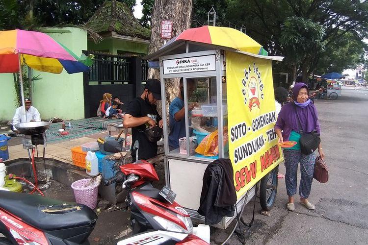 SOTO MURAH—Duo pemuda kakak beradik, Sugianto-Agus berjualan soto super murah Rp 1.000 satu mangkok di depan SMAN 6 Kota Madiun, Jawa Timur.