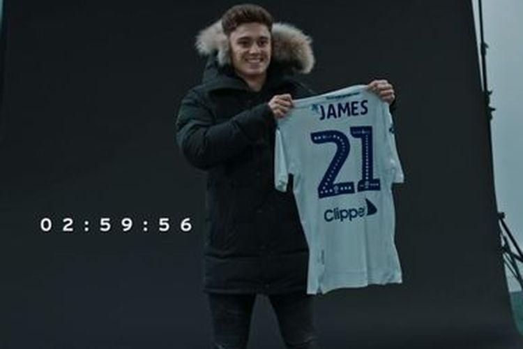 Pemain Manchester United, Daniel James, saat ia memegang jersey Leeds United sebelum perpindahannya ke klub Yorkshire itu batal pada hari terakhir bursa transfer Januari 2019.