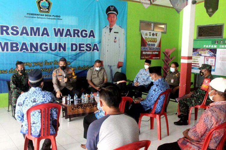 Kapolres Blitar AKBP Leonard M Sinambela berdialog dengan aparat Desa Ploso dan warga terkait kasus Covid-19 yang terjadi di keluarga seorang perwira menengah TNI AL, Im, Senin (17/5/2021)