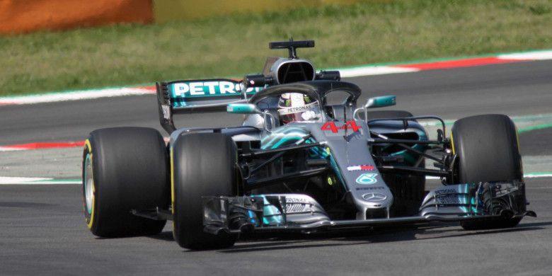 Lewis Hamilton, pebalap Inggris yang kalau disuruh memilih pasti ingin Silverstone jadi tuan rumah balapan F1 ke-1000 walau digelar pada bulan April.