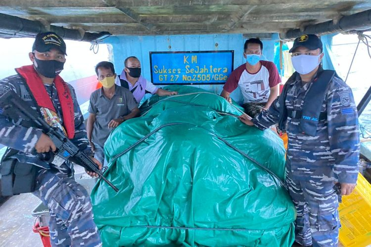 Prajurit TNI AL berhasil menggagalkan pengangkutan belasan ribu liter solar ilegal di Selat Singapura, Kepulauan Riau, Selasa (26/1/2021).