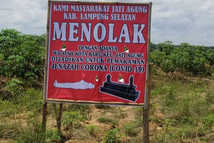 Spanduk penolakan warga Jati Agung wilayahnya dijadikan lokasi pemakaman jenazah pasien covid 19. (Foto: Istimewa)