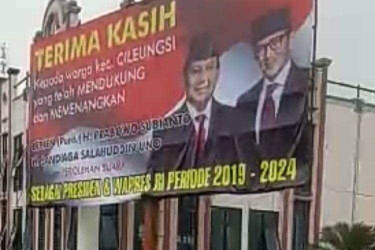 Baliho raksasa bertuliskan ucapan terima kasih dan selamat atas perolehan suara Pasangan Capres-cawapres nomor urut 02 Prabowo-Sandi sebagai Presiden dan Wapres RI periode 2019-2024 di Cileungsi Kabupaten Bogor