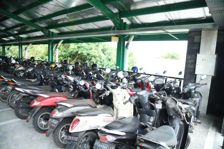 Puluhan motor Diparkir di Parkiran Bandara Internasional I Gusti Ngurah Rai