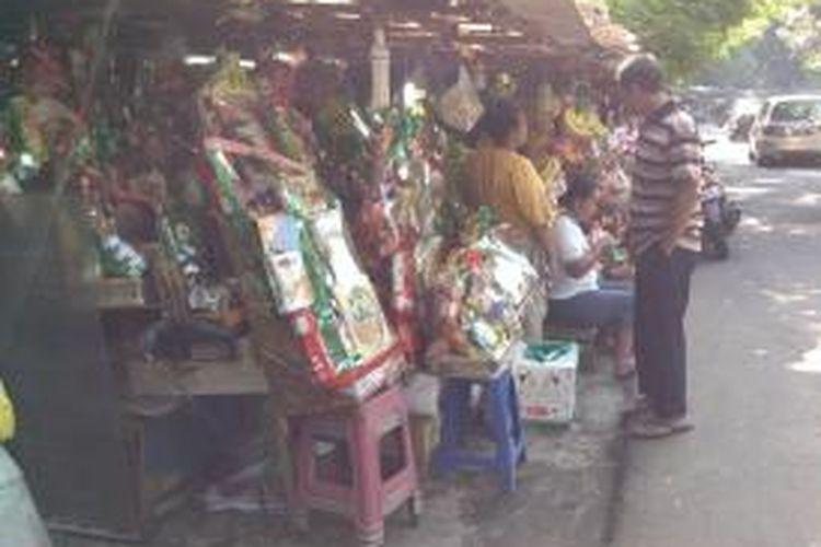 Penjual parsel udah menjajakan dagangannya di pinggir jalan Barito II, Kelurahan Gandaria Selatan, Selasa (23/7/2013). Harga uang ditawarkan dari Rp 200 ribu hingga jutaan rupiah.