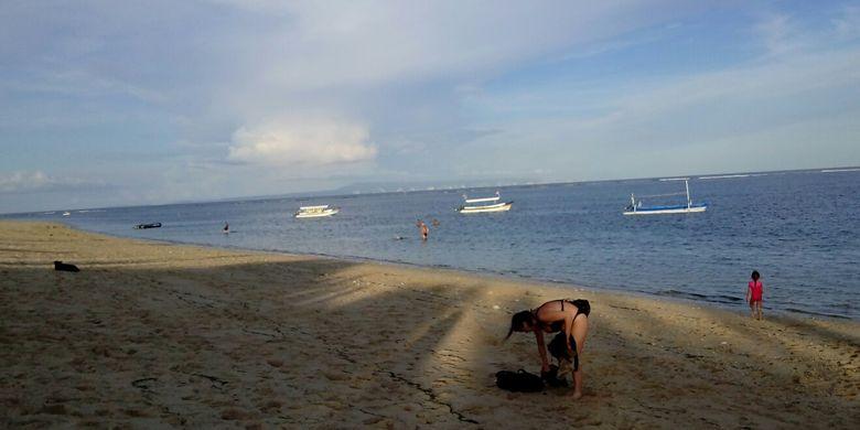 Wisatawan asing di Pantai Geger Nusa Dua Bali Sabtu (4/3/2017)