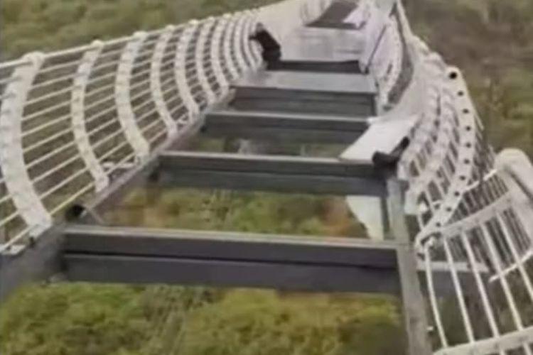 Seorang pria China terjebak saat jembatan kaca terbesar China rusak. [SS/Youtube/World News]