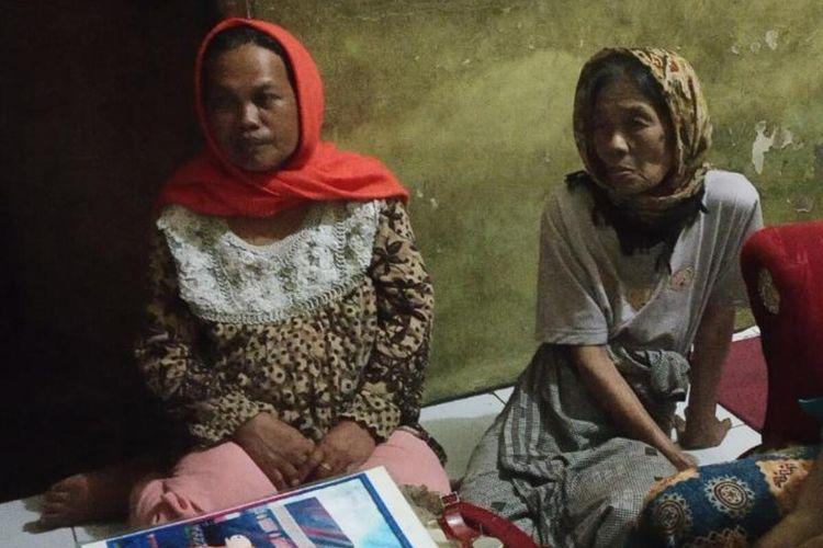 Aah (69) nenek Delis Sulistina (13) siswi SMPN 6 Tasikmalaya yang tewas di gorong-gorong setelah dibunuh ayahnya sendiri terlihat terkejut karena pelakunya mantan menantunya, Jumat (28/2/2020).