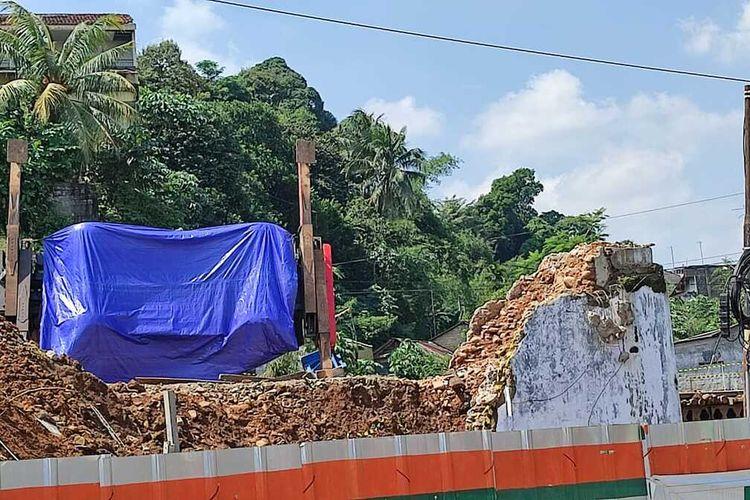 Kondisi crane yang terbalik di proyek rel ganda Bogor-Sukabumi ditutupi terpal biru, Senin (7/6/2021).