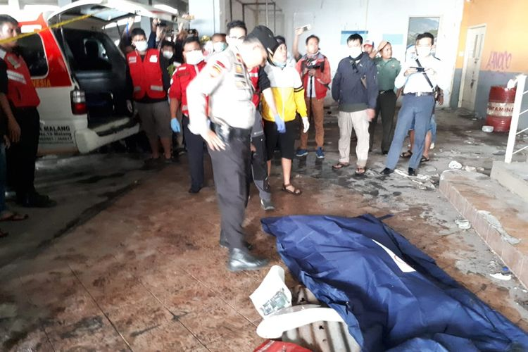 Polisi saat mengevakuasi potongan tubuh seorang wanita yang ditemukan di area parkir lantai 2 Pasar Besar Kota Malang, Selasa (14/5/2019)
